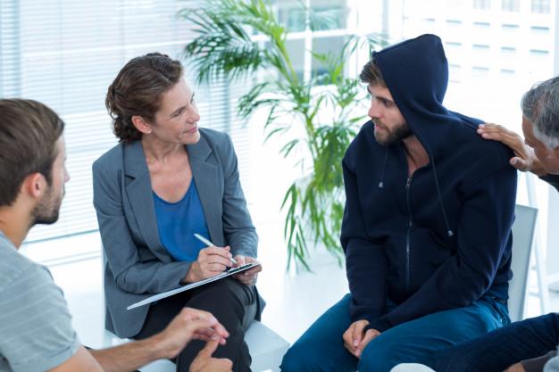 hombre-preocupado-consolando-a-otro-en-grupo-de-rehabilitacion_13339-143502
